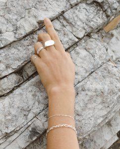 シンプルでかわいいシルバー925のブレスレットをつけた女性の手
