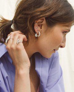イヤーホールがなくてもつけられるシンプルなシルバー925のイヤーカフをつけた女性
