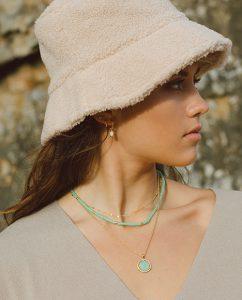 シンプルでかわいいゴールドのネックレスをつけた女性