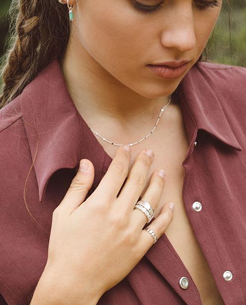シンプルでかわいいシルバー925のネックレスをつけた女性