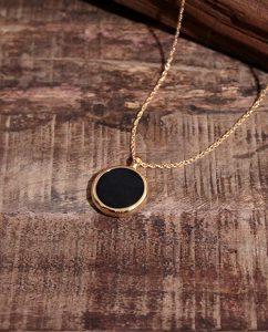ゴールドにブラックを合わせたシンプルなペンダントトップ
