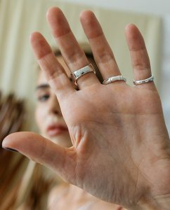 メンズライクな竹モチーフのシンプルなシルバー925の指輪をつけた女性