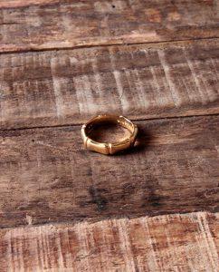 竹の節をイメージしたゴールドのリング