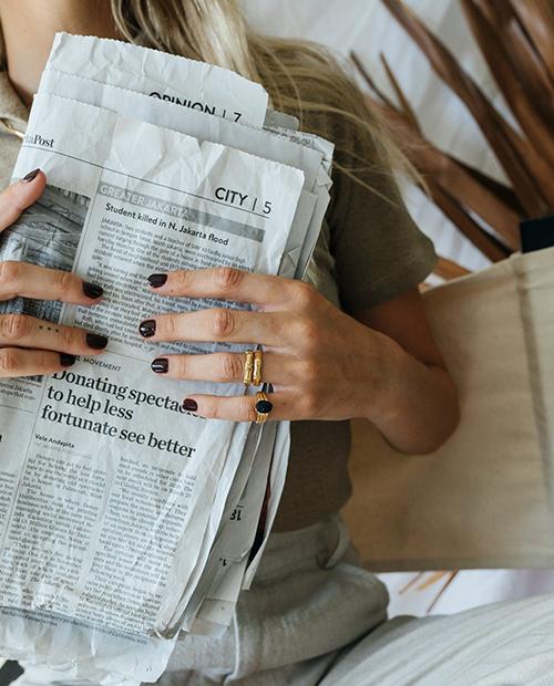 メンズライクな竹モチーフのシンプルなゴールドの指輪をつけた女性のアップ