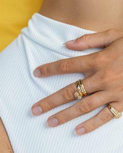 メンズライクな竹モチーフのシンプルなゴールドの指輪を重ねづけした女性