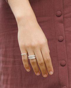 シンプルで華奢な細めのシルバー925のリングをつけた女性の手