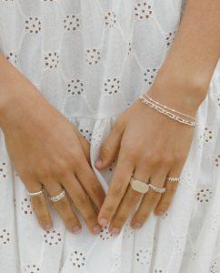 メンズライクなごつめのシルバー925のシンプルなリングをつけた女性の手
